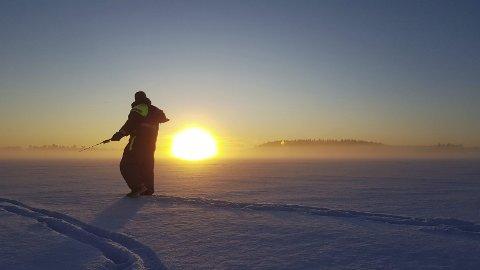 Vinterferie: Terje Heer fra Mysen og Rune Nøkleby fra Slitu sikret seg unik vinteforsyning av torsk og makrell da de reistse på isfiske på Høvik i Oslo. Foto: Rune Nøkleby