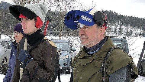 AKTIVE ASKIMSKYTTERE: Odd Ragnar Karlsen (f.h.) og sønnen Edvin Karlsen. Bak ser vi mamma Birgitte Kiserud.