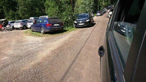 TRANGT OM PLASSEN: Badehungrige indre østfoldinger parkerer langs veien ved Hallerud. Det liker ikke de fastboende.