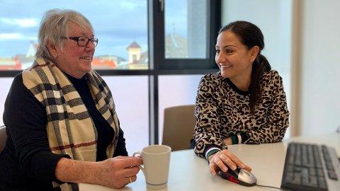 Signe Bjerga (til venstre) har flere ganger de siste årene blitt fortalt hva en aksjesparekonto er. Nå som fristen for skattefri overføring nærmer seg, har varsellampene for alvor begynt å blinke hos bankene og forvalterne. Det førte til at Bjerga troppet opp på kontorene til Skagenfondene og rådgiver Atoussa Hamedan-Nejad for å få en avklaring på om aksjesparekonto var noe for henne. Foto: Magnus Ekeli Mullis