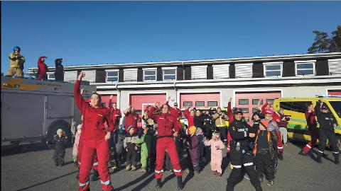 Represenanter fra brannvesen, politi, ambulansetjenesten og Edwin Ruuds barnehage danser BlimE-dansen.