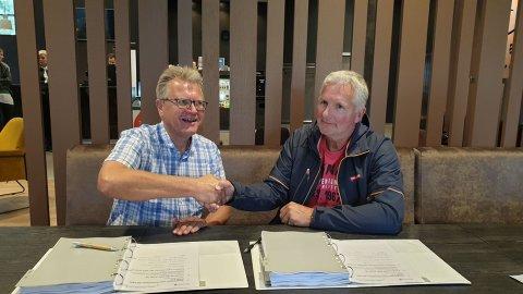 MILLIONKONTRAKT: Erik Unaas fra Eidsberg kommune skrev mandag ettermiddag under kontrakten med Park og Anlegg as, representert ved Trond Vegard Hansen.