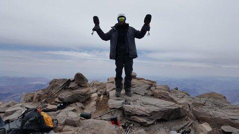 Nesten 7.000 meter over havet:  – Jeg fikk testet grensene for hva kroppen tåler av antall høydemeter. Føler meg derfor heldig, som til slutt kunne smile med ny personlig høyderekord, sier Sigmund Hansen.