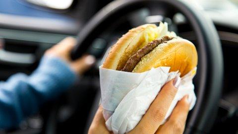 HURTIGMAT: Kroppen kan få ekstra lyst på søt, salt og fet mat når du er stresset.