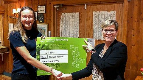 STIPEND: Michelle Nyberget (t.v.) ble tildelt 20.000 kroner fra jubileumsfondet til Askim IF. Her sammen med leder, Nina Aakvaag Dahl.