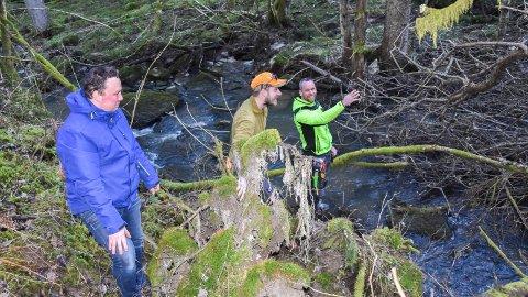 PLANLEGGER: Tor Jacob Solberg (Skiptvet SP),   Alexander Buer og Kenneth Frøland fra Skjetve-dugnaden planlegger innsatsen langs Finnlandsbekken.