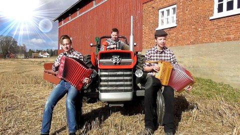 Kristian Sandtorp, Herman Johansen og Gaute Moberg fra Hærland åpner musikkvideoen.