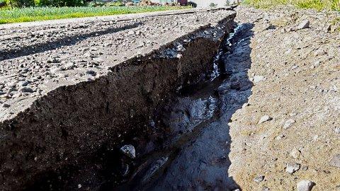 ØDELAGT: Veien fikk store skader.