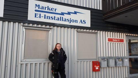 TRAKTORPRAT: Sofie Madelene Elis (19) trives blant gutta, men det er likevel litt vanskelig å henge med i traktorpraten rundt bordet i lunsjen.