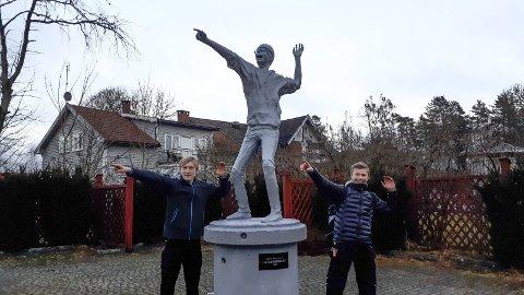 MODELLER: Sebastian Hattestad Nesset og Anton Buer fra Marker er modellene til den første statuen i Ørje.
