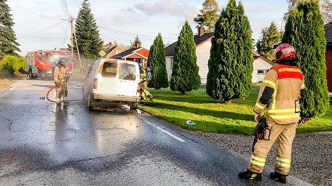 BILBRANN: Brannvesenet fikk raskt kontroll på brannen.