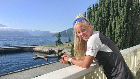 Etter ei god natt på Kviknes Hotel er Malene Blikken Haukøy klar for siste halvdelen av langdistanseløpet. (Foto: Håvard Nesbø)