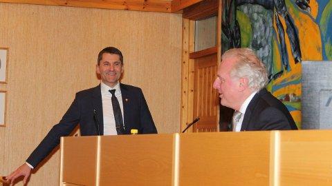 PÅ SØKJARLISTA: Ordførar Jan Geir Solheim i Lærdal kan måtta sjå seg om etter eit ny rådmann berre veker etter at Arne Johansen (t.v.) vart tilsett i Lærdal.(Arkivfoto)