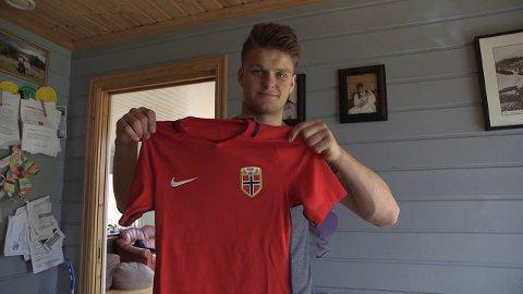 FØLGJER DRAUMEN: Håvard Hetle (no 16) er ein av fem spelarar TV2 følgjer påvegenmot landslagsdraumen. (Foto:TV2)