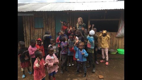 Johanna Sandström (21) jobbar frivillig som lærar i Kenya om dagen. Etter jul vender ho snuten mot Spania der ho skal læra seg spansk. (Foto: Privat)