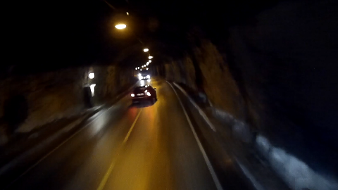 SLAPP MED SKREKKEN: Ein bilist tok sjansen på ein livsfarleg forbikøyring i Steiggjetunnelen mellom Øvre og Tangen. Sjå video.