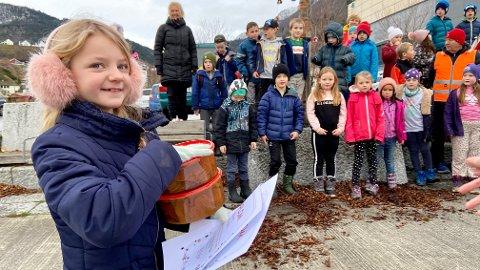SIGERSJENTE: Thea Sofie Haugen (7) tok imot premien. Dei 1500 kronene gir dei vidare til SOS-barnebyar, medan peparkakene og diplomane får dei ha til odel og eige.