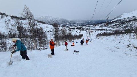 MÅKAR SNØ: Mange stilte opp då skisenteret sette i gang eit forsøk for å få opna trekket i Rindabotn.