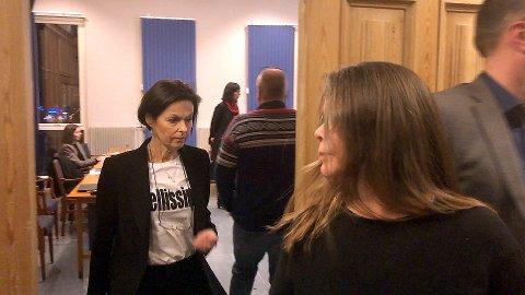 PAUSE: Rådmann Ellen Njøs Lillevangstu på veg ut av formannskapssalen i pausen då det hemmelege varslarsak-notatet vart lagt fram førre veke.