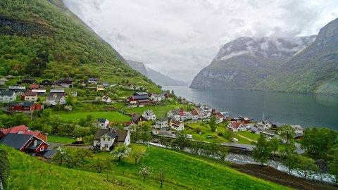 FEM MILLIONAR: Vestnorsk fjordlandskap får fem millionar av dei 60. Undredal med stavkyrkja ligg i Nærøyfjorden som er ein del av verdsarvområdet.