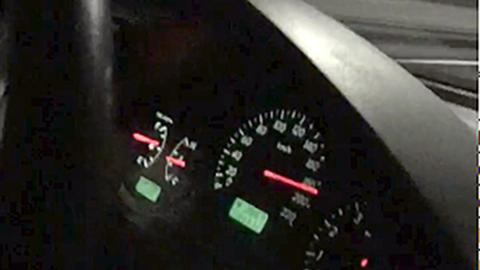 EKSTREMT: Videoane syner både sjåførane og fartssmålaren. Dette er eit utsnitt frå ein skjermdump av ein av videoane.