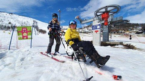 GODE VENINNER: Susanne Elholm Eng og Helene Rønningstad Halsos hadde ein fantastisk dag i bakken på Sogndal skisenter Hodlekve søndag.