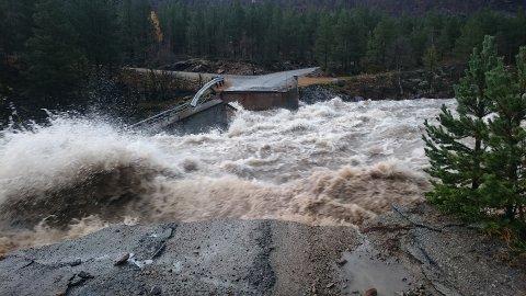 FLAUM: Dyringsbrua ved Liavassosen i Skjåk forsvann på sekundar av dei store vassmassane. No varslar NVE flaumfare på oransje nivå fleire stader.