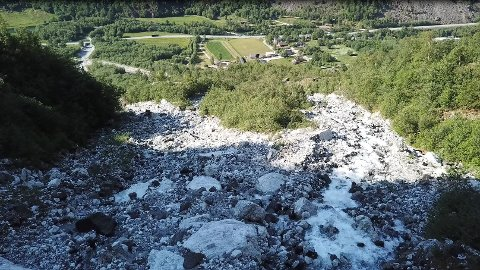 FEIL LØP: Aurland kommune har skaffa seg dronevideo av grova. Den syner at vatnet går meir til høgre og mot gardane og busetnaden på Skjerpi, i staden for ned i løpet som leiar ned til kulverten under E16.