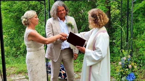GIFT: Hege Holm og Jan Inge Fardal gifta seg laurdag 12.juli. F.v. Hege Holm, Jan Inge Fardal og biskop Kari Veiteberg.