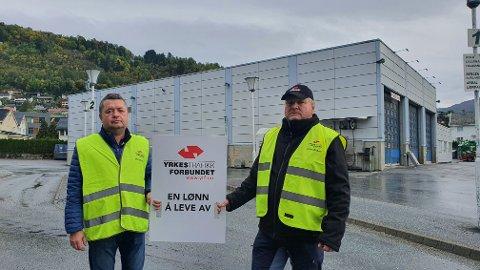 STREIKEVAKT: Laurdag starta busstreiken i Sogndal. Einar Flåten og Saulius Chodarevas streika på Sogndal skysstasjon