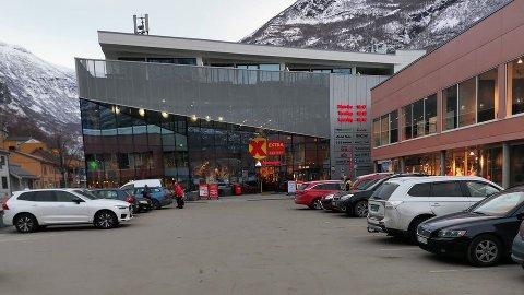 OPPMODING: Steinar Drægni, sentersjef ved Årdalsenteret, ber folk slå av bilane sine før dei går på handling.