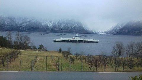 I SOGN: Den nye ferja til Norled er på veg inn fjorden. Torsdag ettermiddag passerte ferja Sæle i Balestrand.