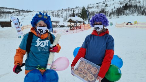 FARGERIKE: Det skal noko til å ikkje sjå Gledespatruljen når dei reiser rundt i Sogndal og Sogndalsdalen den komande veka med festivalbollar, varm saft, kaffi og godt humør. Første dag av Fjellsportfestivalen bestod patruljen av Kamilla Marifjæren (25, t.h.) og Andrea Lomheim (32).