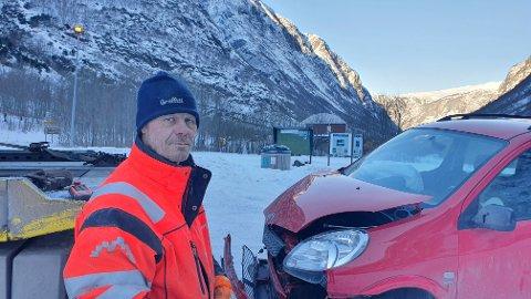 PÅ VAKT: Bilbergar Anders Frydenlund var kjapt ute for å rydda vegen etter trafikkuhellet.