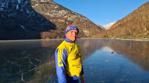 NØGD: Sipke Paulides i Årdal er svært nøgd med å finna trygg skøyteis på Årdalsvatnet. Han meiner det er sju år sidan sist.