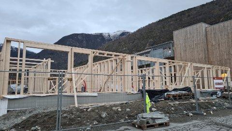 REISER SEG: Andre byggjetrinn i Mari Jakobkvartalet er i gang. Dei første leilegheitene skal vera innflyttingsklare i slutten av august, etter planen.