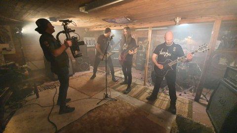 VERDSPREMIERE: Vreid byr på verdspremiere på det blodferske albumet med film i Sogndal i slutten av april. Her filmar Håkon Mæland Sture Dingsøyr.