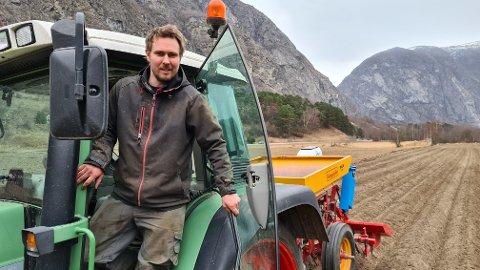 I GANG: Bernt Håkon Voll (34) er ein av fleire bønder i Lærdal som har sett poteter 26. mars, noko som er svært tidleg.