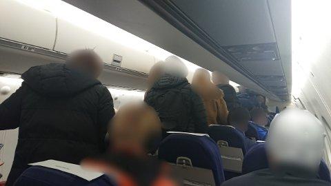 TRANGT: Mannen frå Sogn og Fjordane regerar på at det var mange på flyet, og at det var vanskeleg å halde meterregelen.