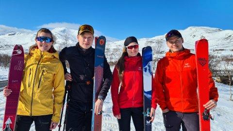 BLÅ HIMMEL: Kvartetten frå Årdal er klare til topptur under blå himmel. Frå venstre: Hanne Sørebø (25), Christian Semstrøm (24), Mari Skarsbø (25) og Jøran Einan (24).