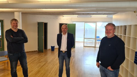 PLANAR: Her i 2.etasje på kulturhuset/villakssenteret i Lærdal skal det bli arbeidsfellesskap med kontorplassar til utleige. F.h.: styreleiar i eigedomsselskapet Øyraplassen 14 AS, Yngve Hallen, lærdalsordførar Audun Mo, og dagleg leiar i Sogn Næring, Torgeir Skålid.