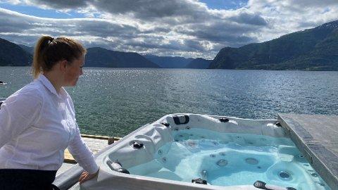 BLÅTT I BLÅTT: Leikanger Fjordhotell, her ved Grete Kristin Mæland, byr på nytt tilbod denne sommaren.