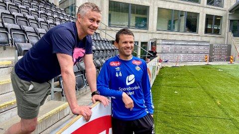 GAMLE KJENTE: Ole Gunnar Solskjær og Eirik Bakke hadde ein hyggjeleg prat etter Sogndal-treninga.