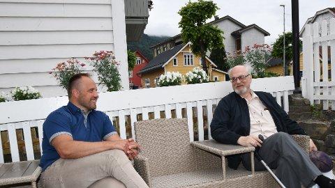 NYE TAKTER: Jostein Sivertsen (t.v) har hatt både psykiske og fysiske plager. Med hjelp frå jobbspesialist Raymond Lind har han planar om å få eit kor opp og gå- og dermed ein jobb å gå til.