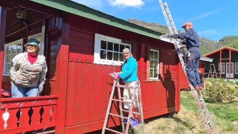 GOD STEMNING: Vibeke Sælen (f.v.) er dugnadsleiar for gjengen som målar hyttene på Østerbø, her saman med Sonja Vindvik og Pål Sandnes.