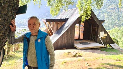 DAGSTURHYTTA: Rolf Engløkk, leiar i Lærdal turlag, ved dagsturhytta.