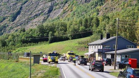 KOLLISJON: Fredag ettermiddag kolliderte to bilar i eit T-kryss i Lærdal. Sidan pådrog også ein parkert bil seg skader då dei to køyrde i den.