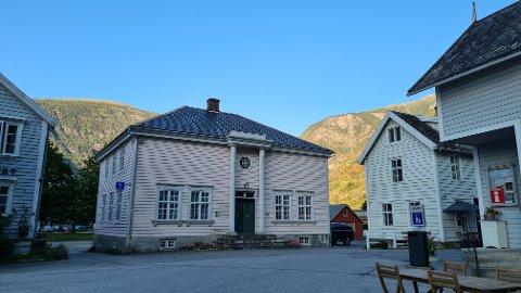 KLASSISISTISK: Gamlebanken på Gamle Lærdalsøyri i klassisistisk stil, teikna av arkitekten Johan Lindstrøm for kring 100 år sidan, kan Lærdal kommune no koma til å selja.