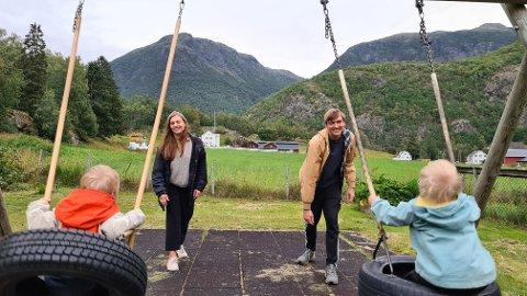 EITT STEG: Uteområdet på Borgund barnehage er både romsleg og utbetra, men liten garderobe stryper den totale kapasiteten til barnehagen. Sarah og Matias Askvik er to av mange foreldre som no kan håpa at ei utbetring er på gang.
