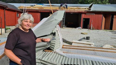 VINDHERJINGAR: Anlaug Eri Jakobsen fekk ei skremmande oppleving då ein plutseleg virvelvind reiv av takplater og isolasjon.